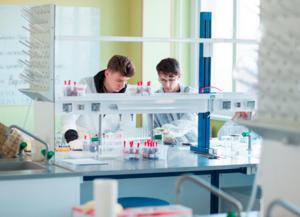 Как перевести в дистанционный формат обучение школьников, если им нужно работать в лабораториях