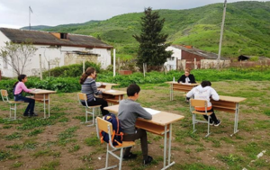 Великобритания и Нагорный Карабах решили учить школьников на свежем воздухе