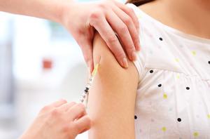 Минтруд просят разъяснить, что делать с вакцинацией учителей