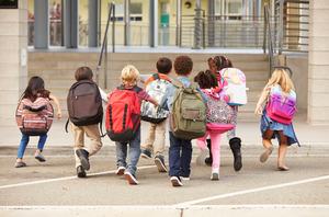 В Минпросвещения попросили школы не требовать от родителей первоклассников большое количество справок при приеме