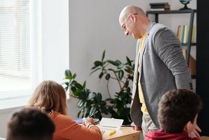 Большинство педагогов страдают отпроблем сголосом, нонеобращаются кврачу